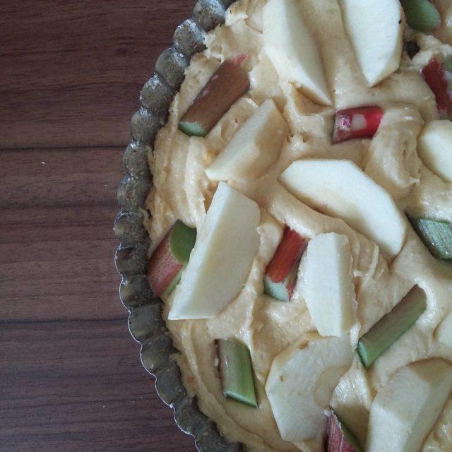 Ciasto z jabkami i rabarbarem tu przed woeniem do piekarnikahellip