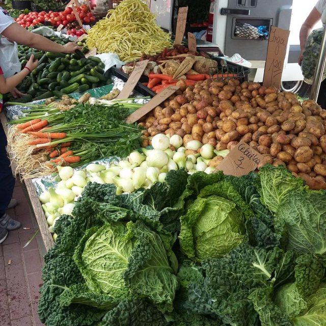 Uwielbiam targowiska ze wieymi warzywami i owocami targowisko rynek warzywahellip