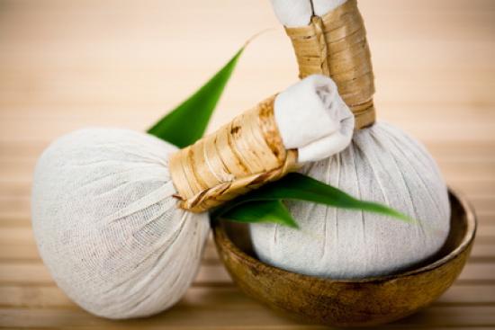 Masaż ciała stemplami ziołowymi {na czym polega, jak przebiega, jak wyglądają stemple ziołowe, salon masażu, który polecam}