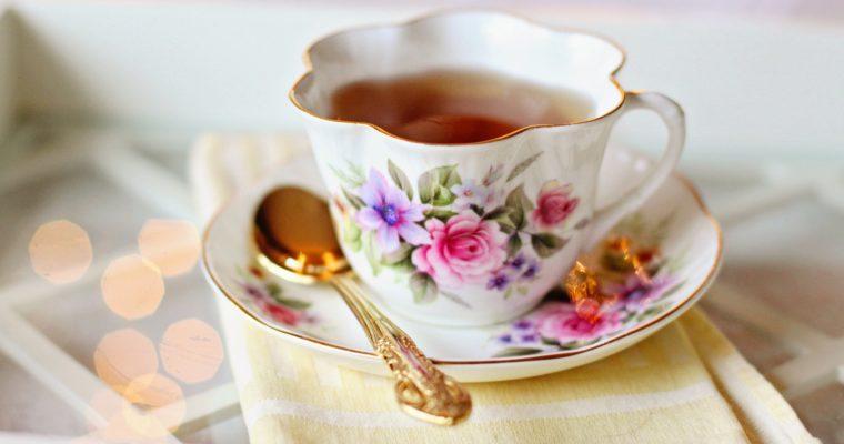 Jak wykorzystać herbatę w kosmetyce i pracach domowych?
